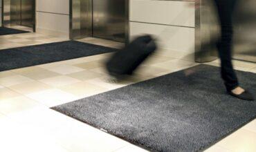 Vahetusvaibad liftide ees takistavad mustuse laiali kandmist hoone järgmistele tasanditele