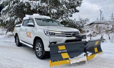 Toyota Hilux jõuab kiirelt objektilt objektile, sahkab lume ja puistab soola